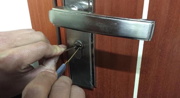 门反锁打不开怎么办